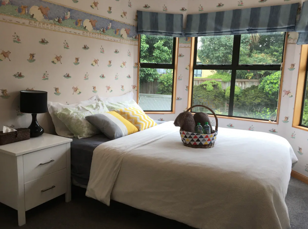 Redwood Ensuite Queenbed with FREE Light Breakfast